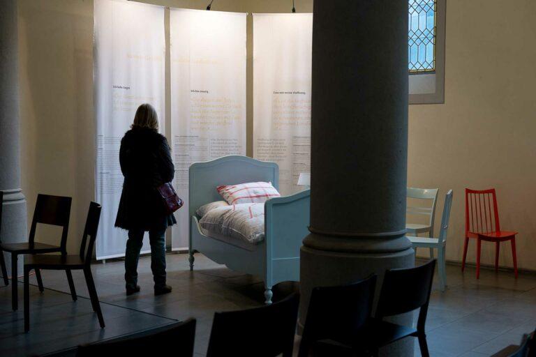 Welche Pflege - Care- brauchen Menschen an ihrem Lebensende? Szene aus einer Wanderausstellung zum Thema «Palliative Care» in der Matthäuskirche in Luzern 2015. | © 2015 Gregor Gander
