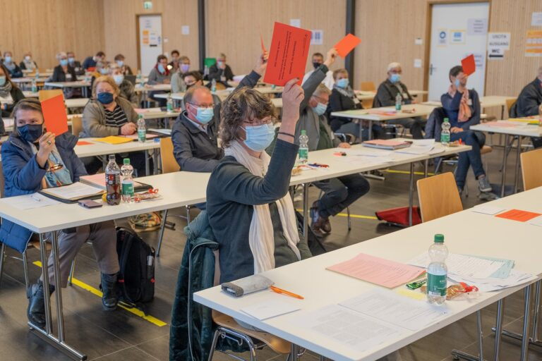 Debatte und Abstimmung mit Mundschutz und auf Abstand. Vorne die Synodale Monika Zumbühl Neumann aus Horw. | © 2020 Dominik Thali