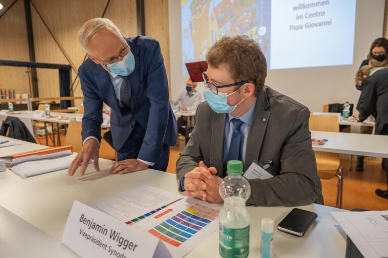 Synodepräsident Martin Barmettler (links) im vorbereitenden Gespräch mit Vizepräsident Benjamin Wigger.  | © 2020 Dominik Thali