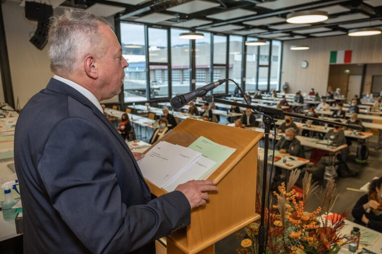 Der finanzverantwortliche Synodalrat Armin Suppiger bei der Erklärung des Voranschlags 2021.  | © 2020 Dominik Thali