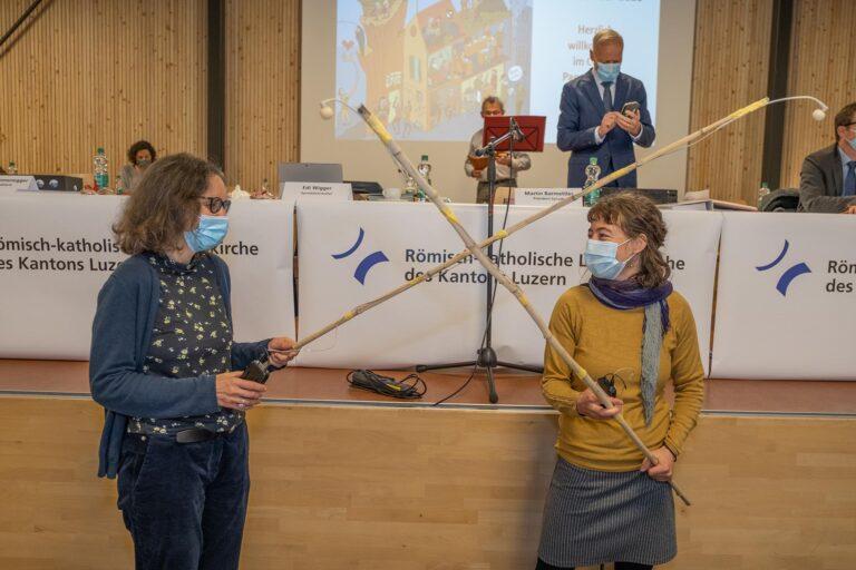 Die beiden Corona-Mikrofon-Halterinnen Katharina Reich (links) und Heidi Bühlmann.  | © 2020 Dominik Thali