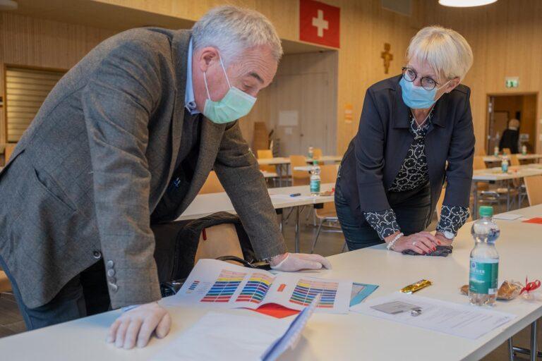 Studieren die Sitzordnung: André Graf (Ruswil), Präsident der Fraktion Sursee, und die Synodale Monika Koller (Sursee).  | © 2020 Dominik Thali