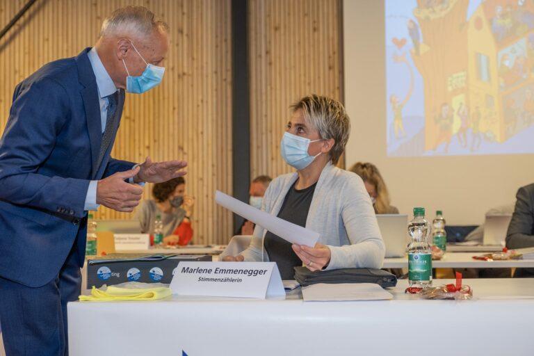 Synodpräsident Martin Barmettler im Gespräch mit Stimmenzählerin Marlene Emmenegger.  | © 2020 Dominik Thali