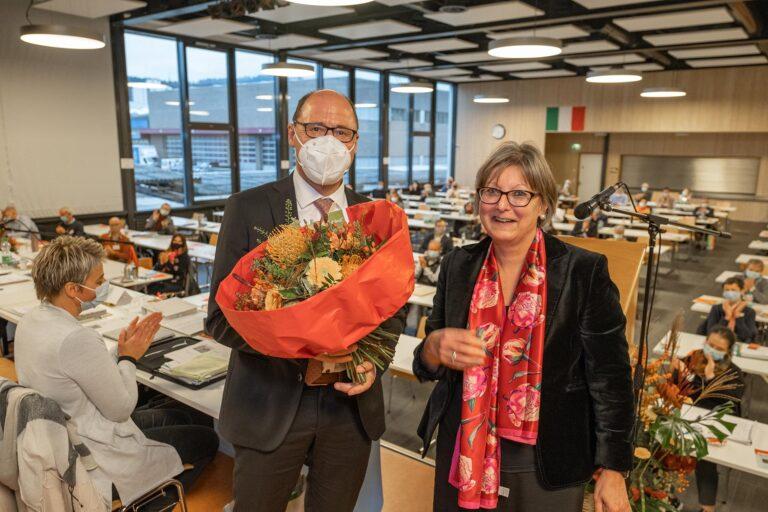 Synodalratspräsidentin Renata Asal-Steger gratuliert Synodalverwalter Edi Wigger zur Wiederwahl.  | © 2020 Dominik Thali