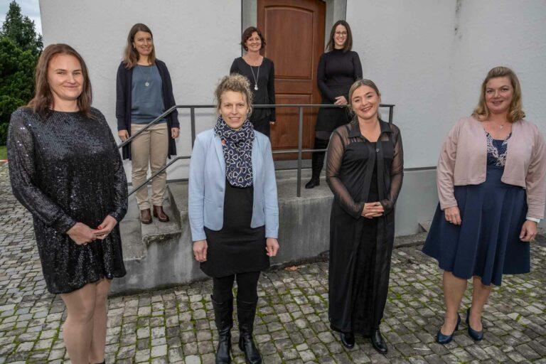 Sie haben den Fachausweis Katechese erhalten: vorne von links Eva Camenzind, Heidi Kaufmann-Wicki, Aurelia Chinazzi-Gerber, Verena Bieri-Felder; hinten von links Andrea Steiner-Aregger, Doris Kaufmann-Epp und Corinne Felber. | © 2020 Dominik Thali