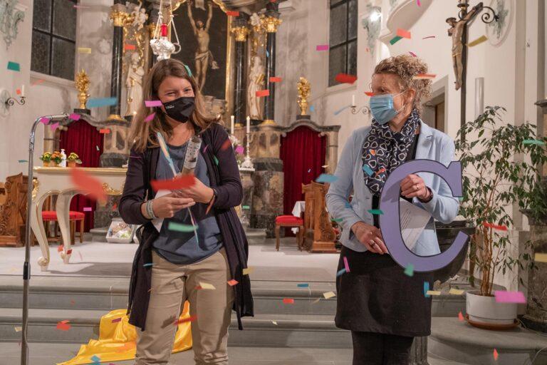 Andrea Steiner und Heidi Kaufmann im Konfetti-Regen, nachdem die Konfettibombe zum Buchstaben T - wie tun - geplatz war. | © Dominik Thali