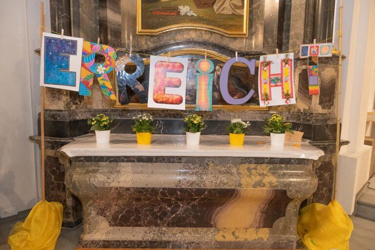Mit dem Abschluss der Ausbildung haben die Katechetinnen ein (Zwischen-)Ziel erreicht. Die farbigen Buchstaben standen an der Feier dafür. | © Dominik Thali