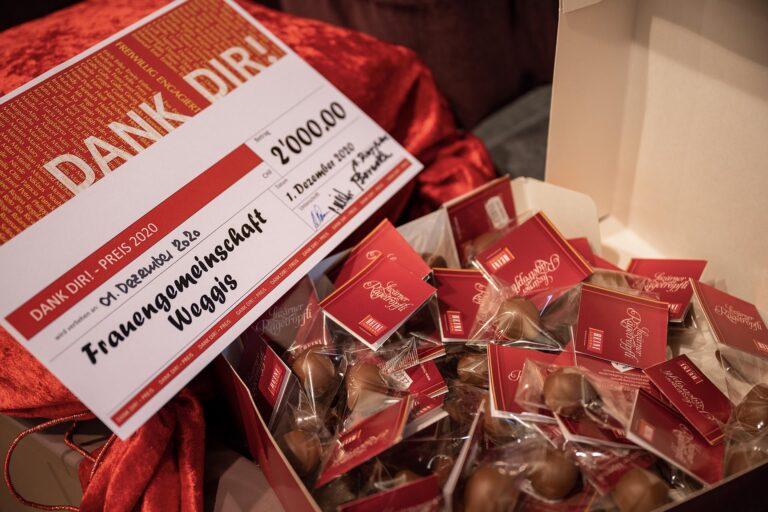 Zum «Dank Dir!»-Preis gibts jeweilen auch eine süsse Überraschung. Dieses Jahr wars, corona-bedingt, anstelle der üblichen Torte eine grosse Schachtel «Lozärner Rägetröpfli». | 2020 Roberto Conciatori