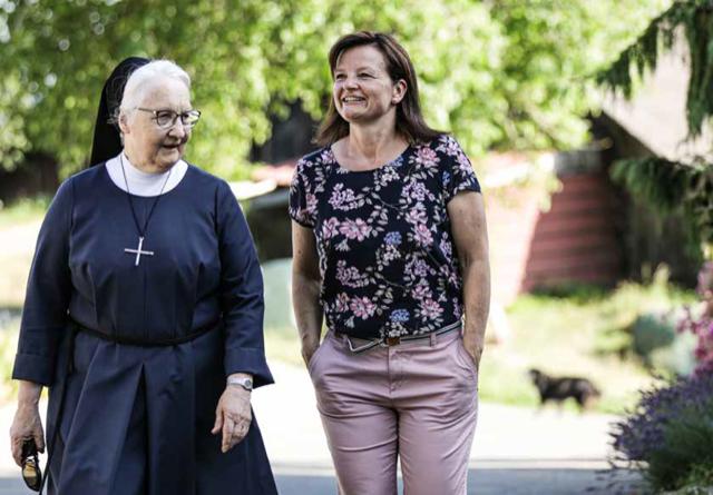 Noch heute verbunden: Priska Wismer-Felder im Gespräch mit Schwester Hildegard Willi. | Bild: zVg