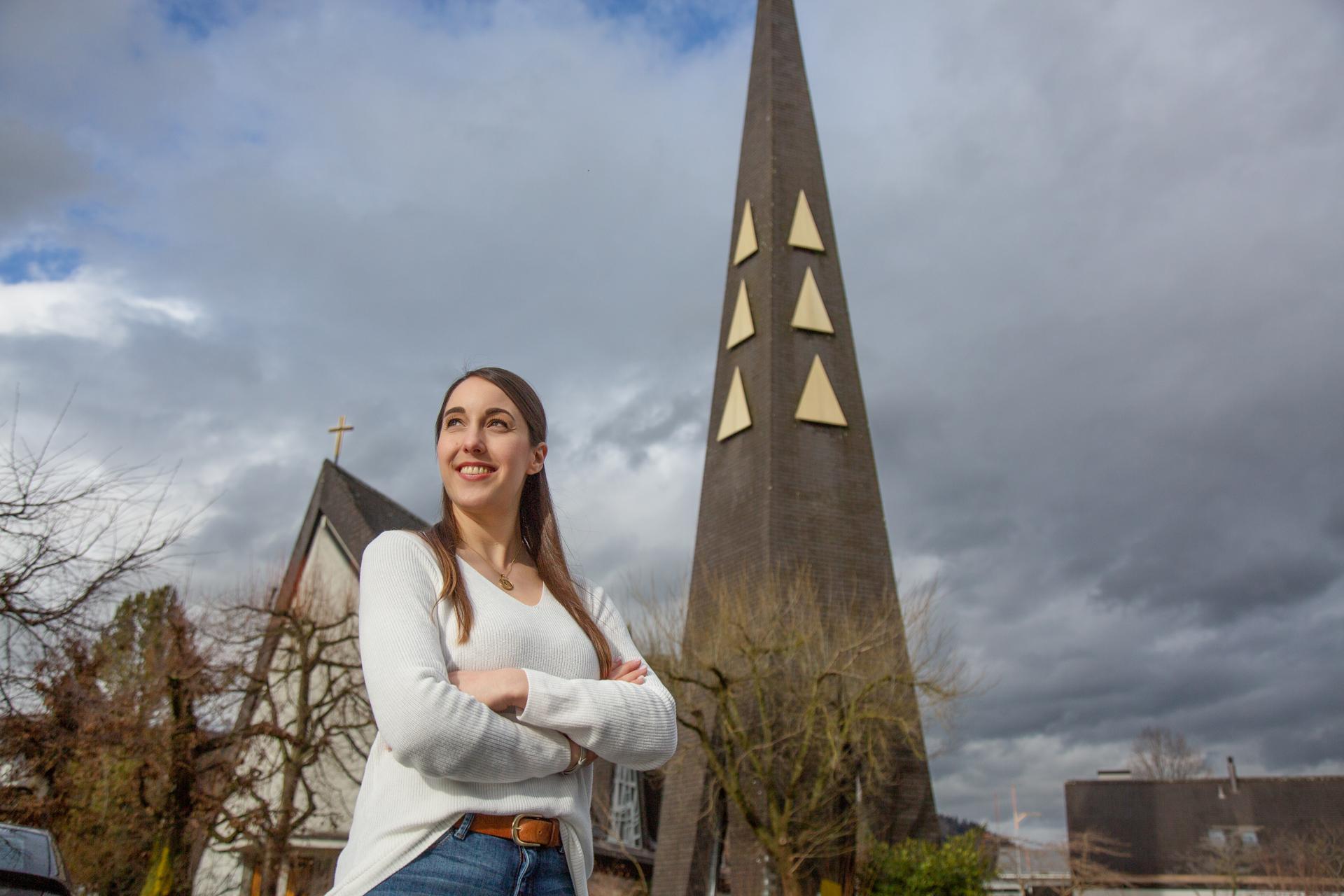 «Das war wie eine Gottesbegegnung»: Aline Mumbauer vor «ihrer» Kirche in Konolfingen. | © 2021 Pia Neuenschwander