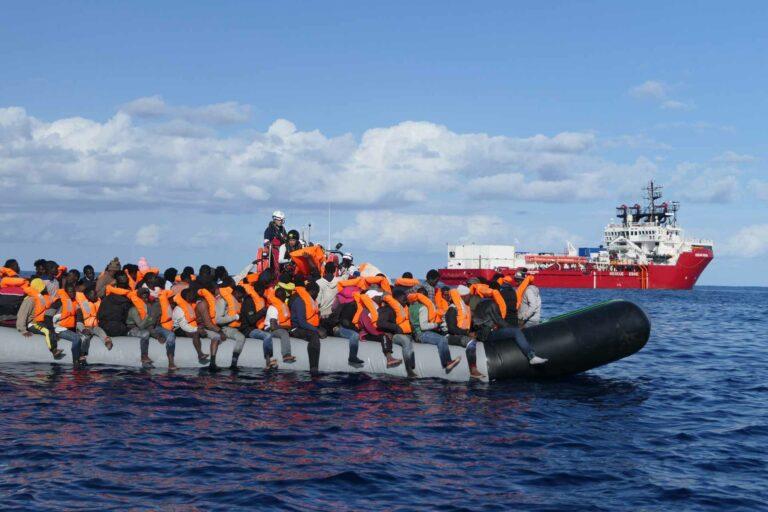 Das Rettungsschiff Ocean Viking der Organisation SOS Méditerrannée nimmt mit einem Schlauchboot Flüchtlinge auf. Die Luzerner Landeskirche hat für den Schweizer Verein dieser Organisation einen Beitrag von 5000 Franken gesprochen. | © 2021 Avra Fialas, SOS Méditerrannée
