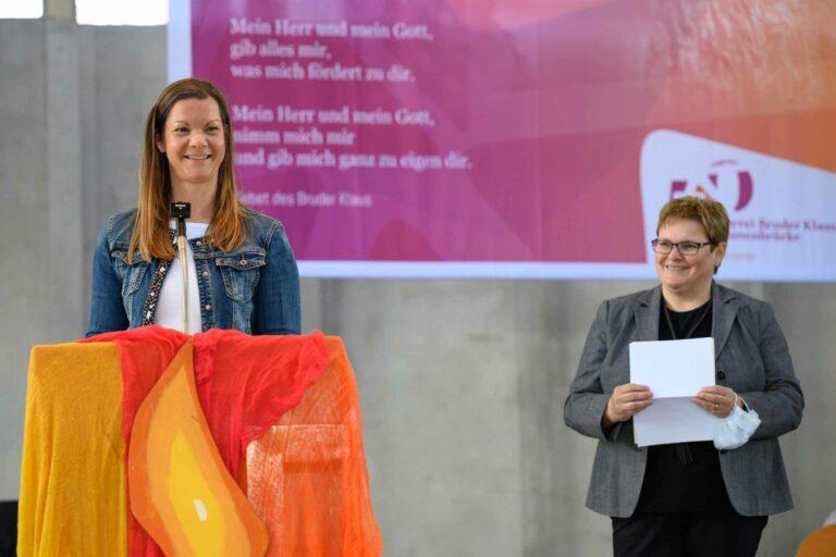Franzisca Ebener, Präsidentin des kantonalen Seelsorgerats, gratuliert, neben ihr Annegreth Bienz-Geisseler, Vertreterin des Synodalrats in der Jury. | © 2021 Roberto Conciatori