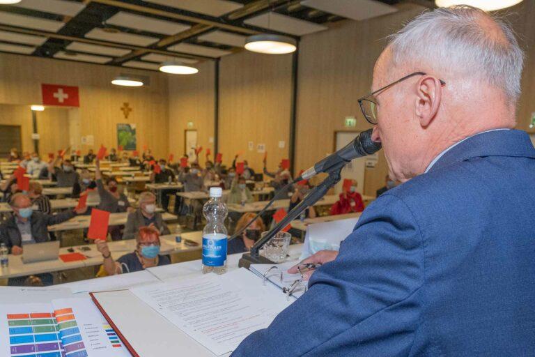 Er brachte alle Geschäfte durch die Session: Synodepräsident Martin Barmettler (Willisau) bei einer der Abstimmungen. | © 2021 Dominik Thali