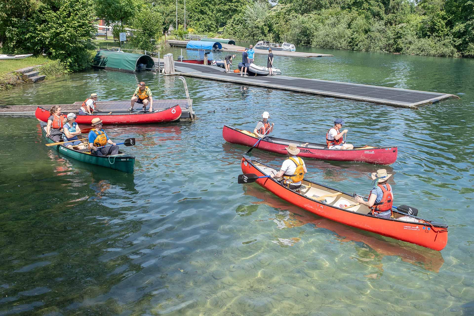 Wer paddelt, wer steuert? Beim Einwassern am «Gemeinsam im Boot»-Tag am Steg des Kanuklubs Luzern. | © 2021 Dominik Thali
