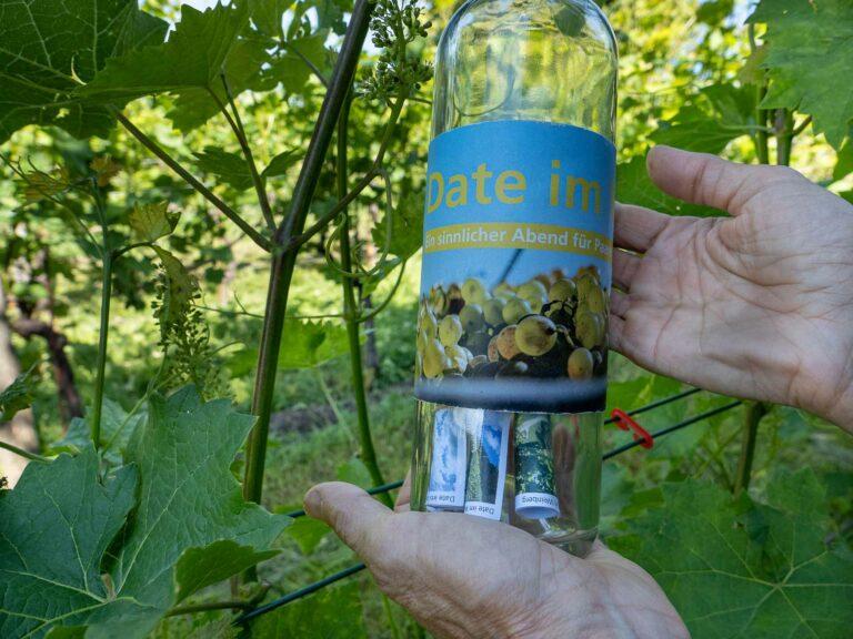 Die Paare, die am «Date im Weinberg» teilnahmen, füllten ihre eigene Weinflasche mit aufnotierten Erkenntnissen aus dem Abend zu ihrer Beziehung. | © 2021 Dominik Thali