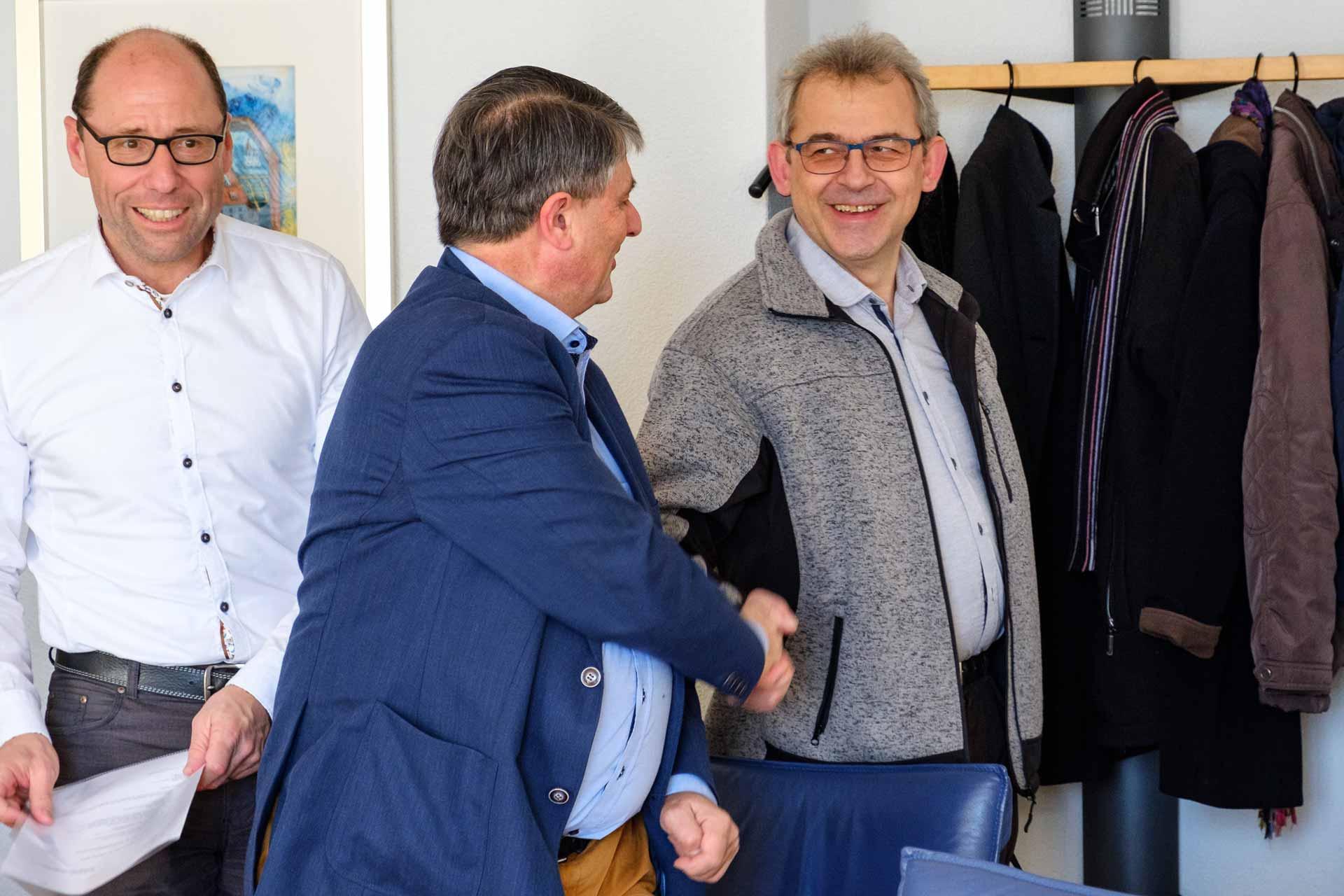 Synodalrat Markus Müller (rechts) am Rand einer Sitzung 2018; er tritt nächstes Jahr nicht mehr zur Wiederwahl an. Links Synodalverwalter Edi Wigger und Synodalrat Hans Burri. | © 2018 Gregor Gander