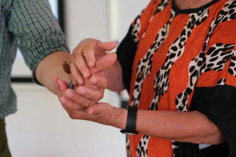 Gelormt wird immer in die linke Hand. Auf der Herzseite spürt man besser. | © 2021 Fleur Budry