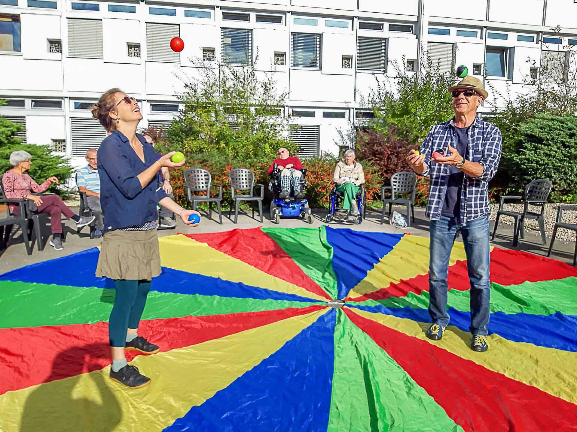 Zirkusreif: zwei Begleitpersonen beim Jonglieren. | © 2021 Bruno Hübscher