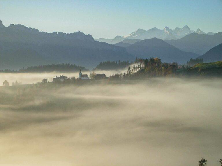 Bramboden über dem Herbstnebel. Die Pfarrei bleibt auch nach der geplanten Fusion eigenständig. | © Martina Roth