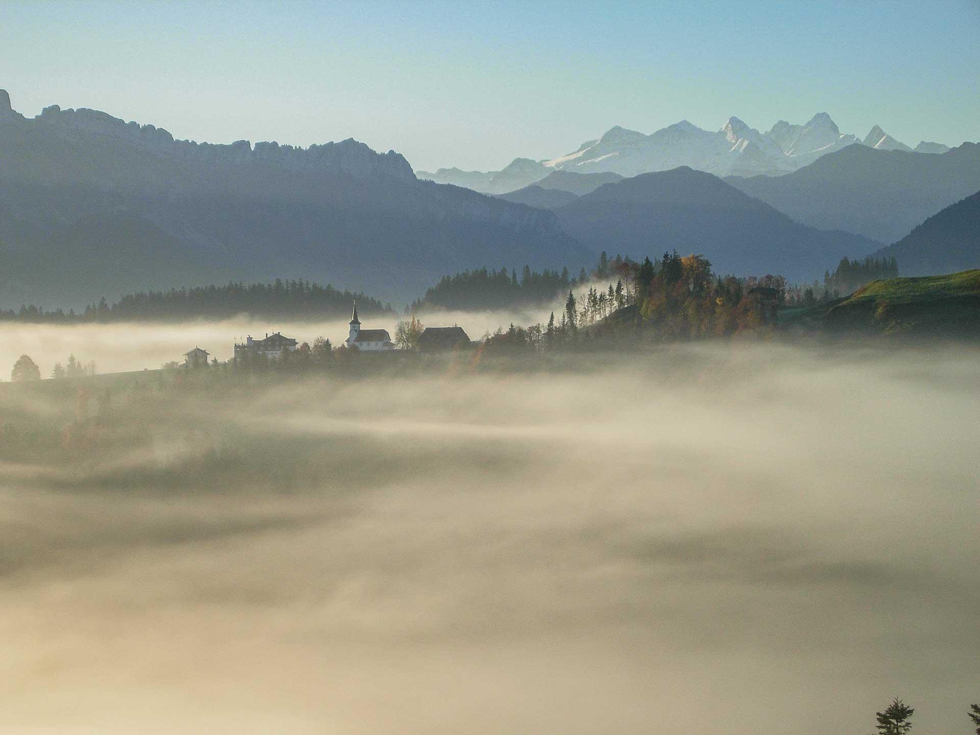 Brambiden über dem Herbstnebel. Die Pfarrei bleibt auch nach der geplanten Fusion eigenständig. | © Martina Roth