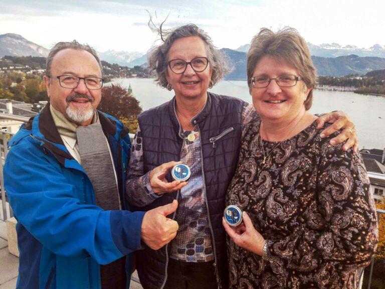 Die neuen Kommunionspenderinnen Maja Hodel (Mitte) und Priska Gundi mit Gehörlosenseelsorger P. Christian Lorenz.   © 2021 Bruno Hübscher