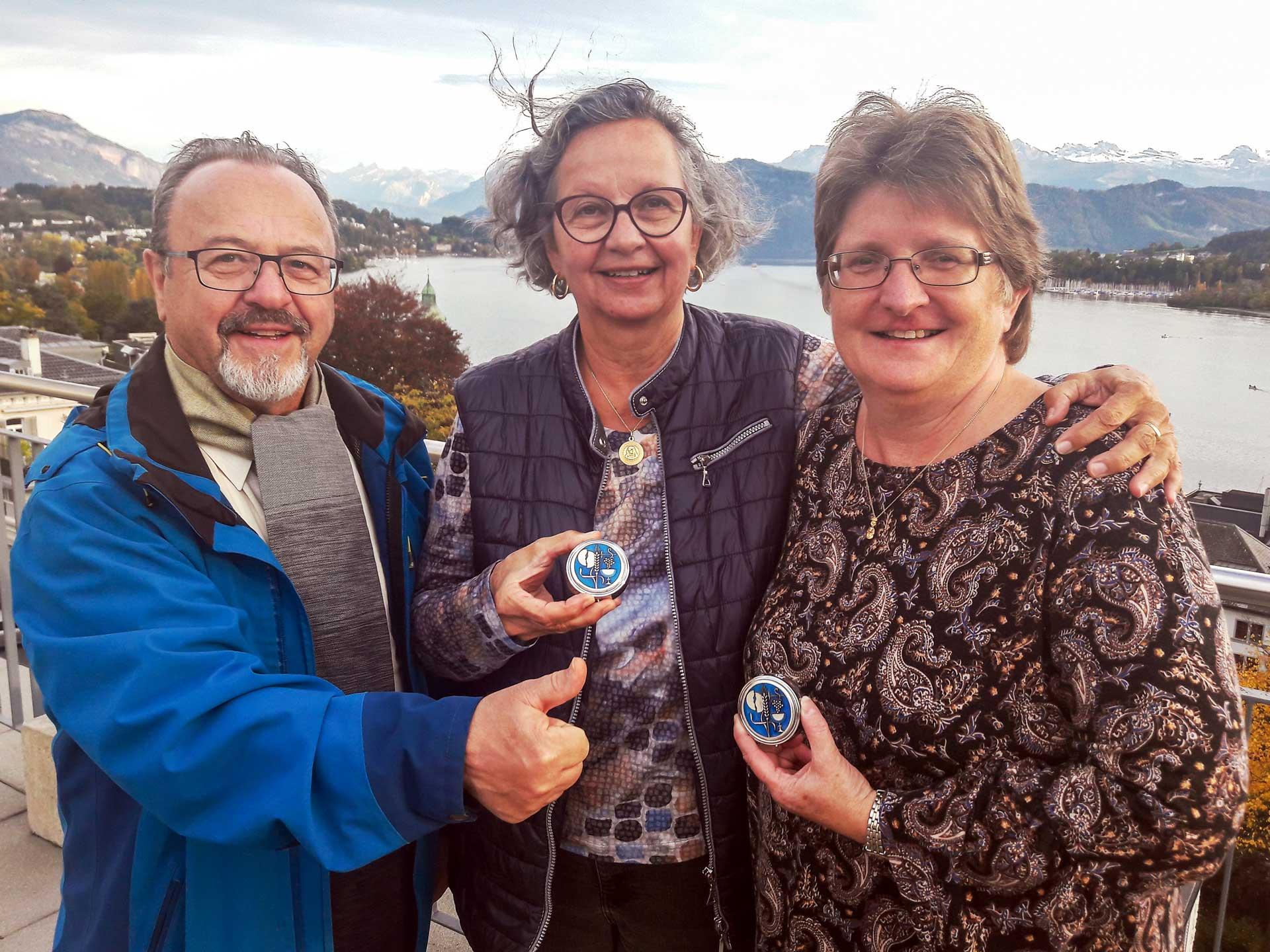 Die neuen Kommunionspenderinnen Maja Hodel (Mitte) und Priska Gundi mit Gehörlosenseelsorger P. Christian Lorenz. | © 2021 Bruno Hübscher